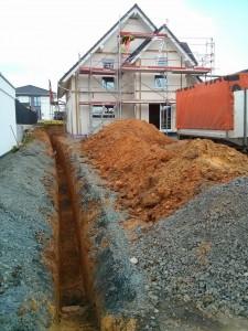 Graben für Versorgungsleitungen zum Haus