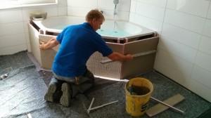 Herr Fink in Aktion. Gleich ist die Whirlpool-Badewanne fertig verkleidet und das Bad so gut wie komplett.