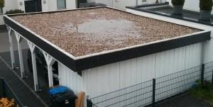 Pfütze auf Carport-Dach. Der Carport wurde vom Bauunternehmen Hammerschlag aufgestellt.